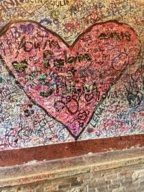 Uno de los muchos grafittis dentro de la casa de Julieta